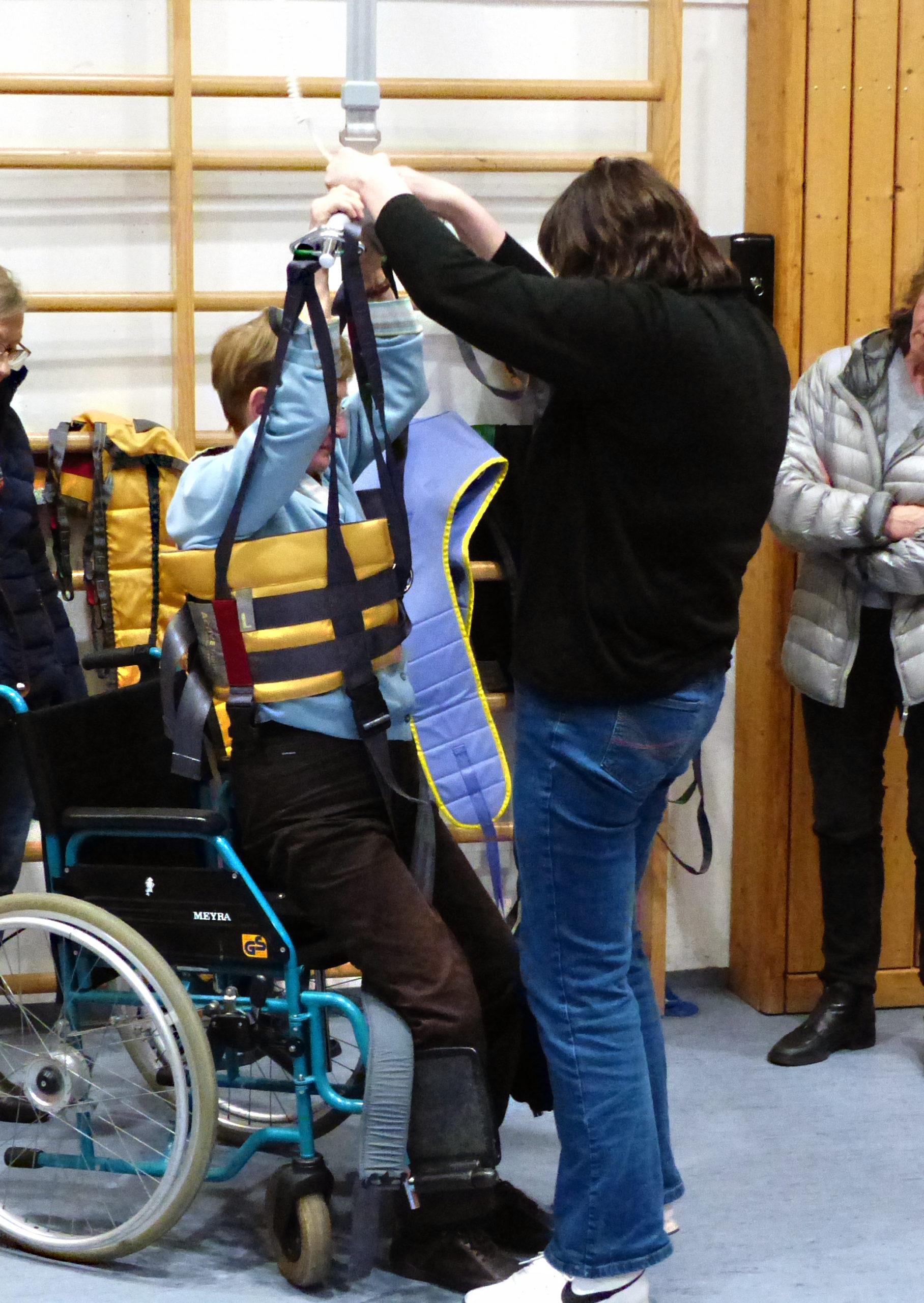 Lifter um Personen aus dem Rollstuhl zu heben